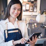 mulher na bancada no restaurante usando o tablet para anotar a comanda mobile